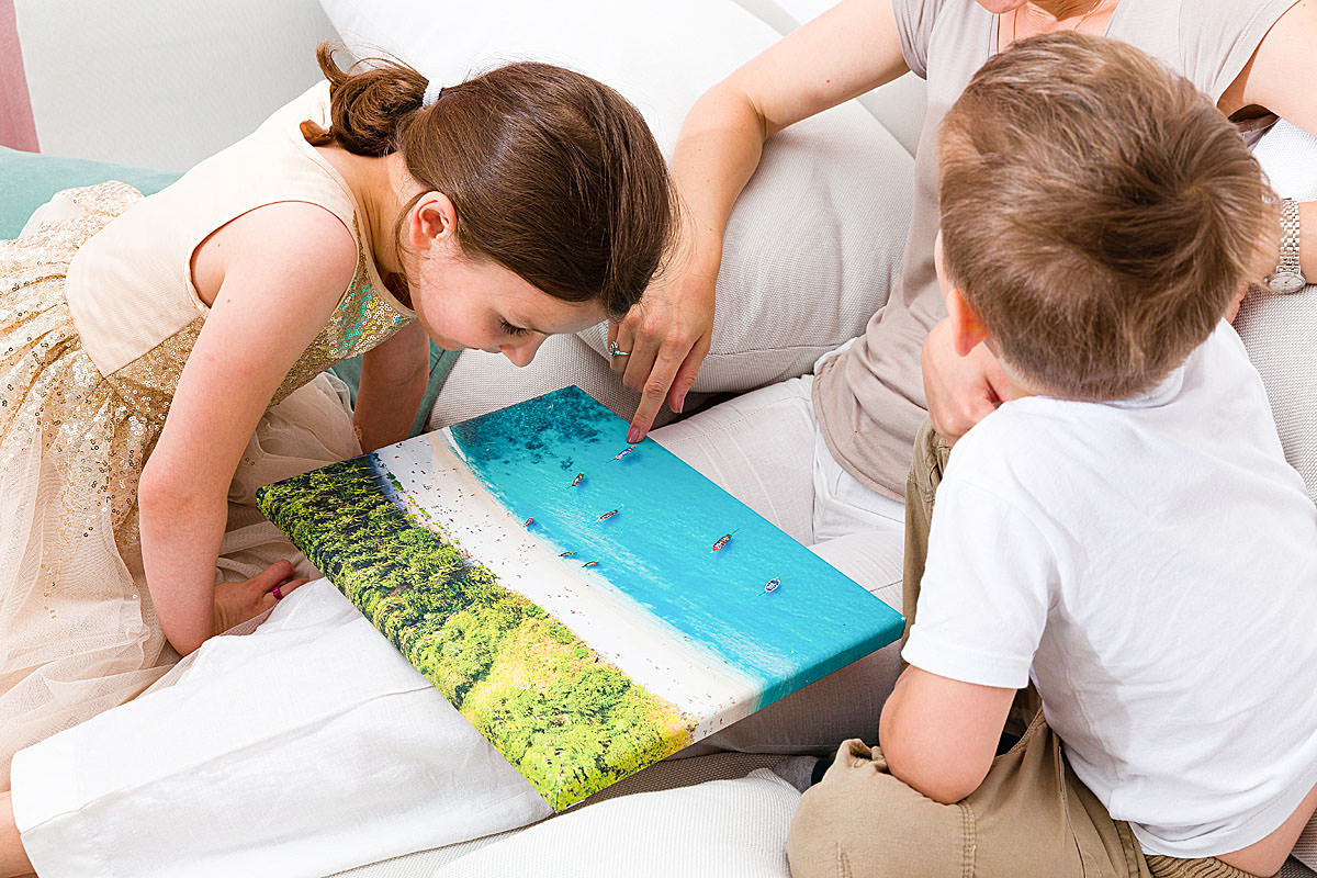 Dzieci patrząc na fotoobraz wspominają miłe wakacje