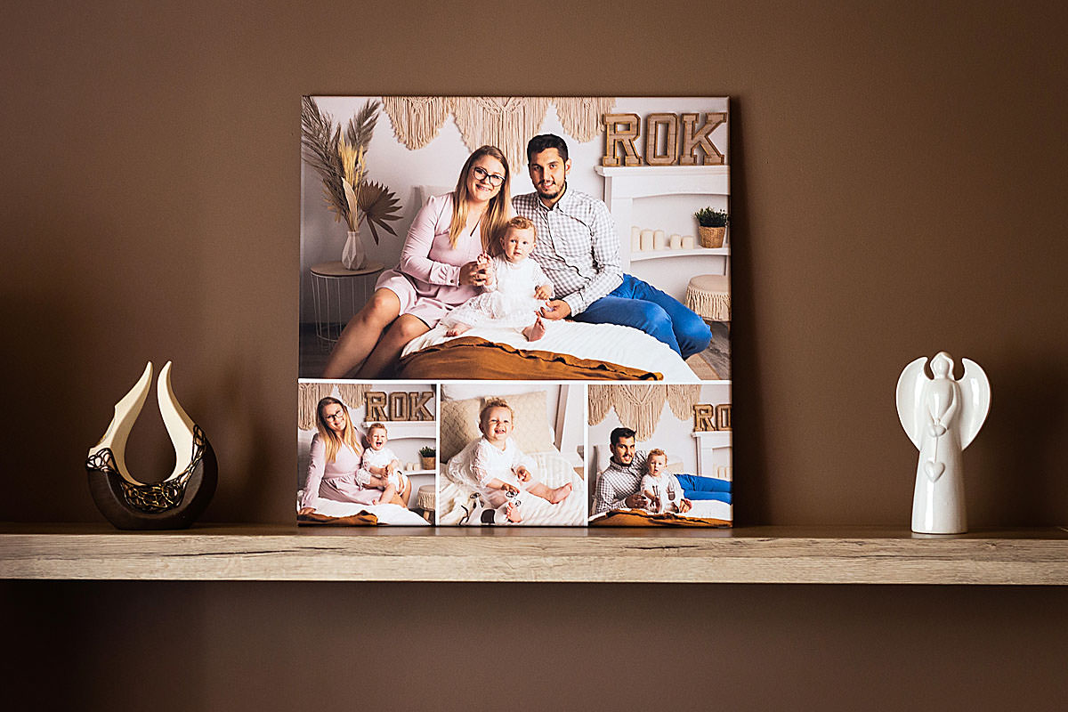 Fotokolaż zdjęć rodzinnych wiszący na brązowej ścianie w salonie