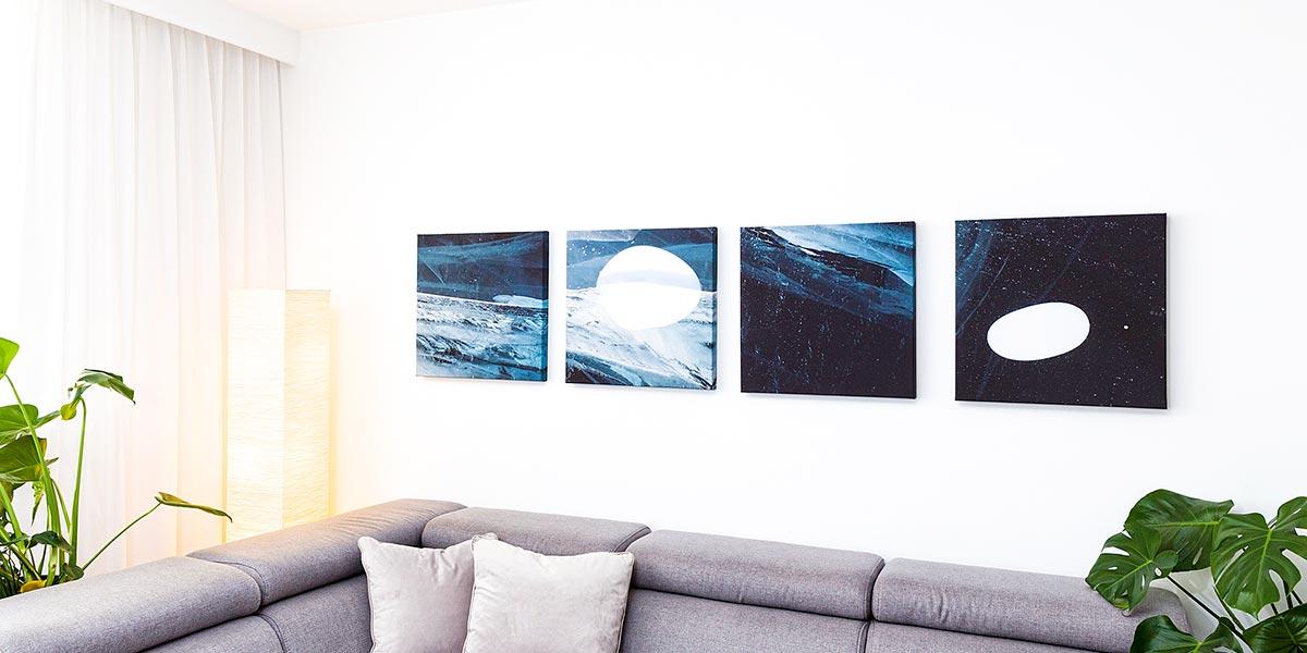 Fotoobrazy na ścianie w salonie