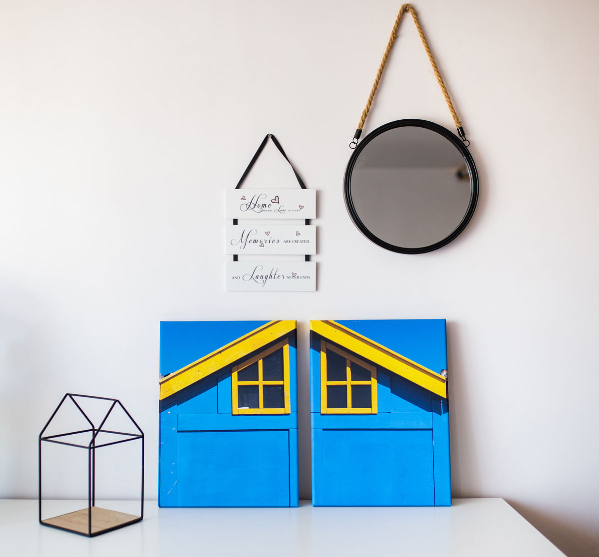 Dyptyk w kompozycji dwóch fotoobrazów dekoruje ścianę pokoju dziecka