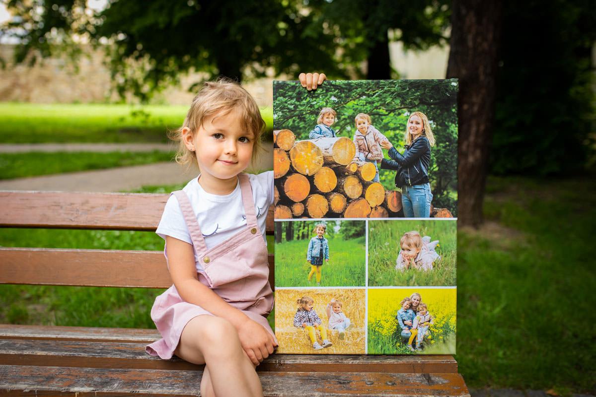 Dziecko siedzące na ławce trzyma ekologiczny fotoobraz