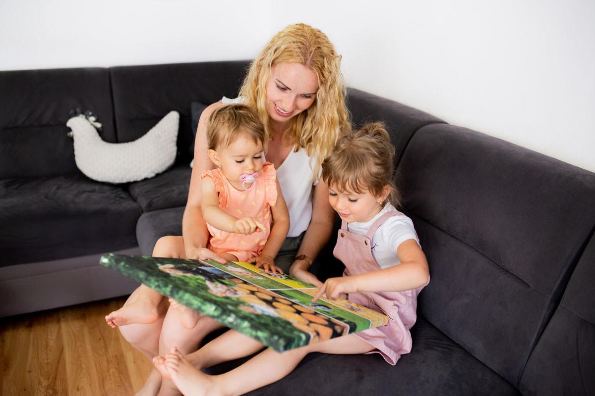 Mama wraz z dziećmi oglądająca fotokolaż na płótnie