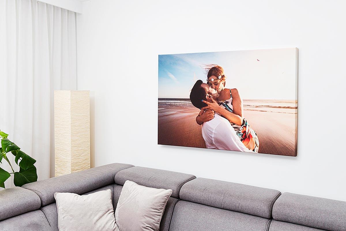 Fotoobraz całującej się pary wiszący w salonie