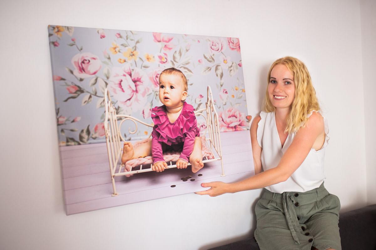 Kobieta prezentująca portret swojej córki