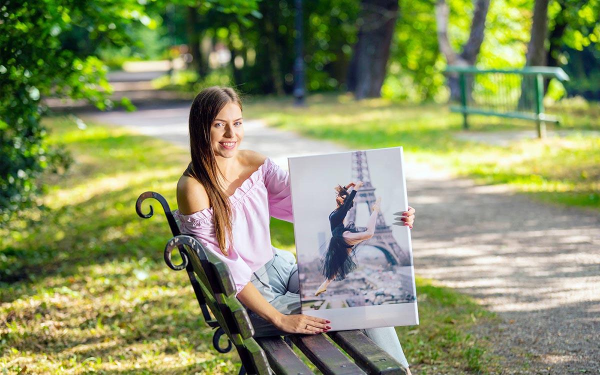 Kobieta trzyma fotoobraz w plenerze