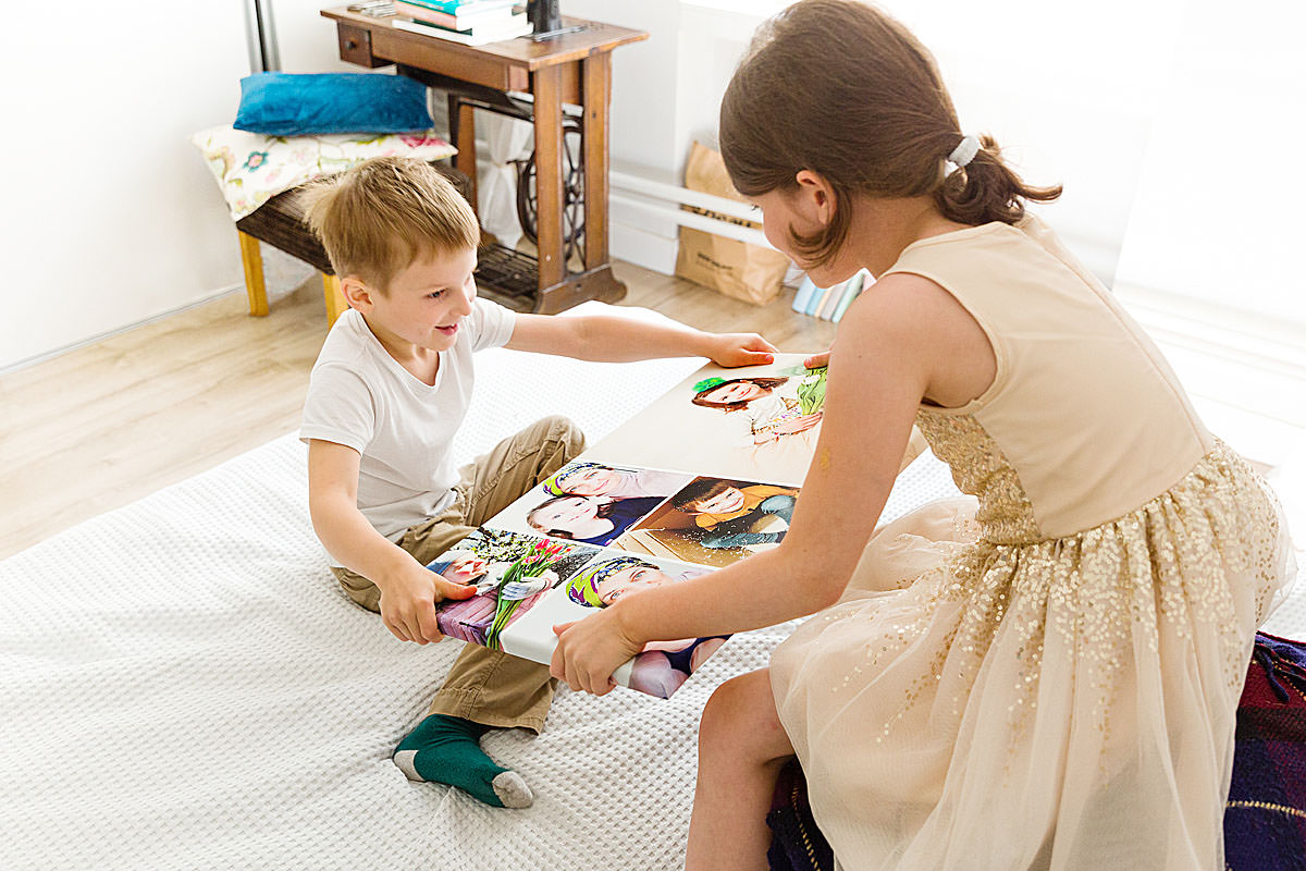 Dzieci cieszą się fotokolażem zdjęć na płótnie