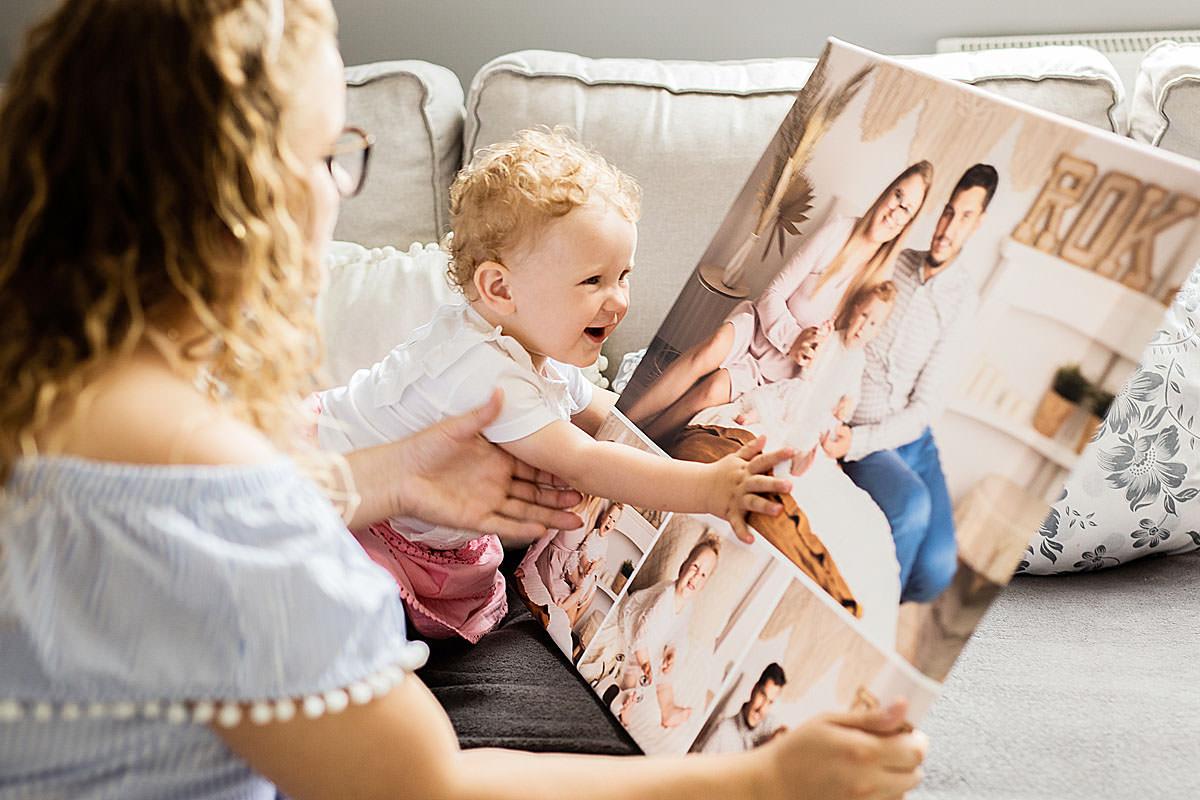 Mama pokazująca dziecku zdjęcia rodziców w formie kolażu