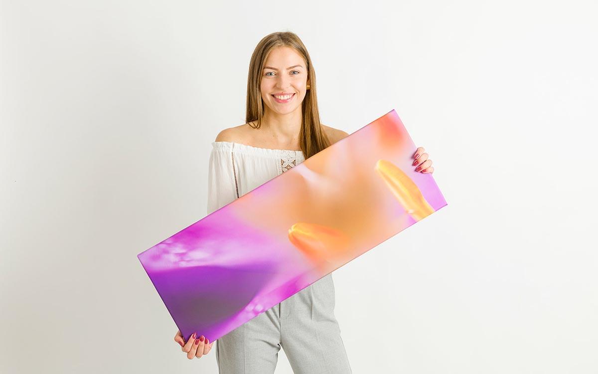Kobieta prezentująca fotoobraz wieloczęściowy