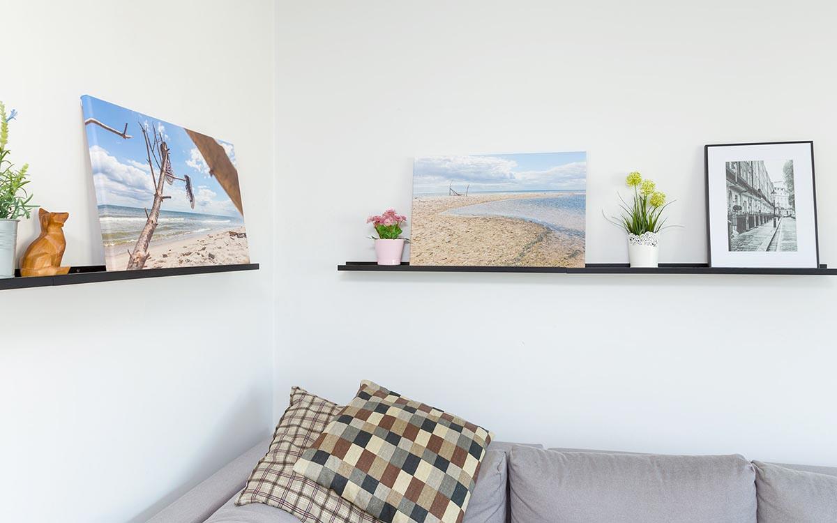 Obrazy wieloczęściowe na półce w pokoju