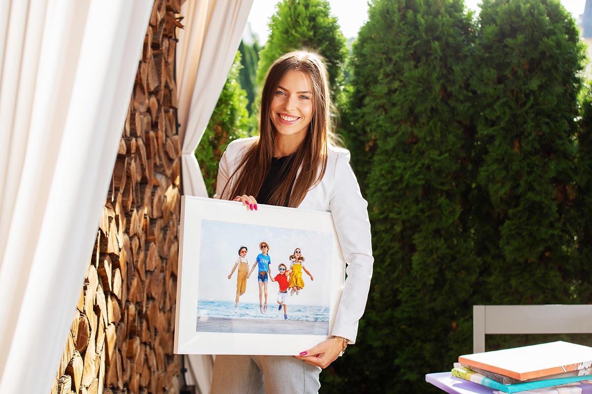 Dziewczyna daje fotoobraz z dziećmi na prezent