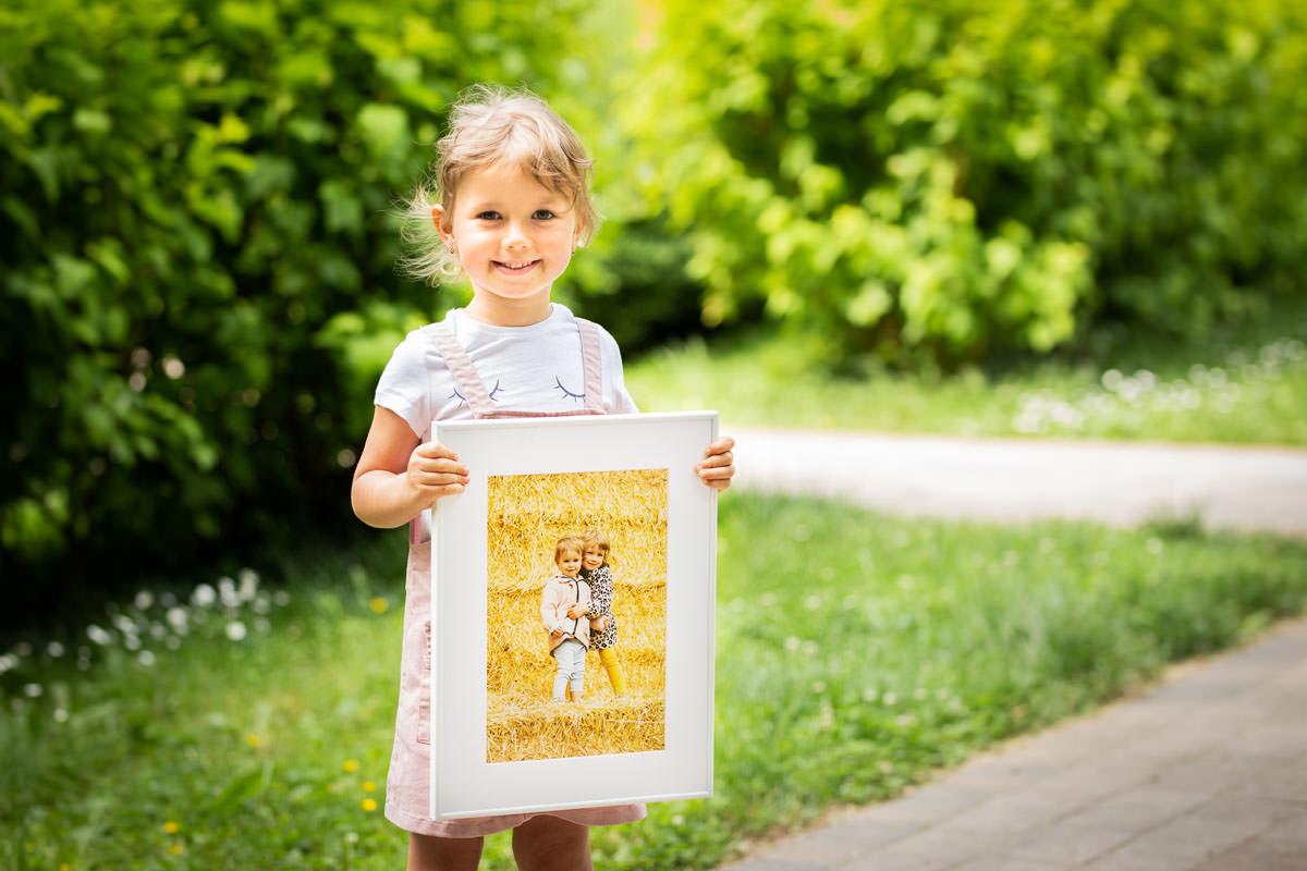 Dziewczynka trzymająca swój portret