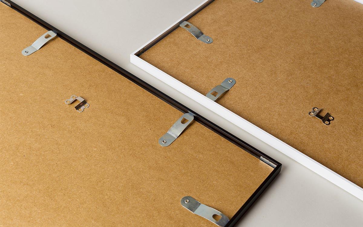 Fotoobraz w ramce z pokazanym mocowaniem do ściany