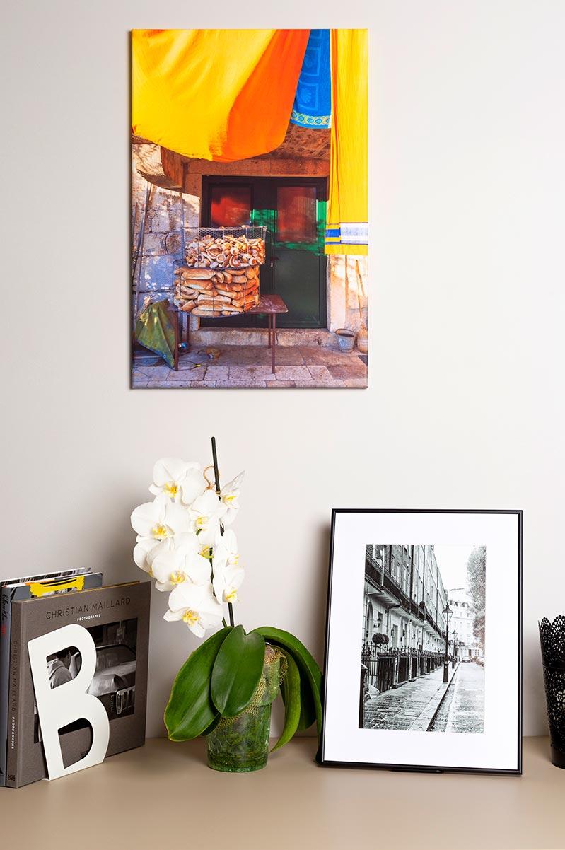 Kompozycja fotoobrazu w ramce i obrazu na płótnie przy kwiatku