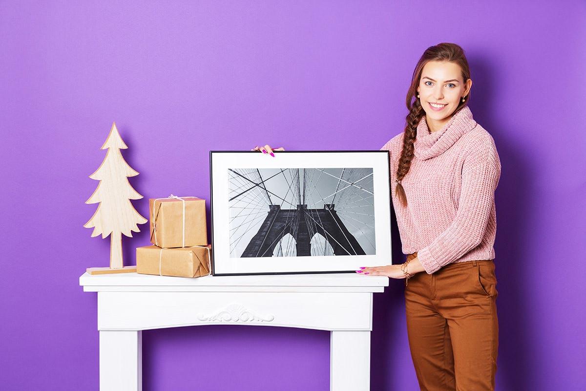 Obraz w czarnej ramce z prezentami świątecznymi