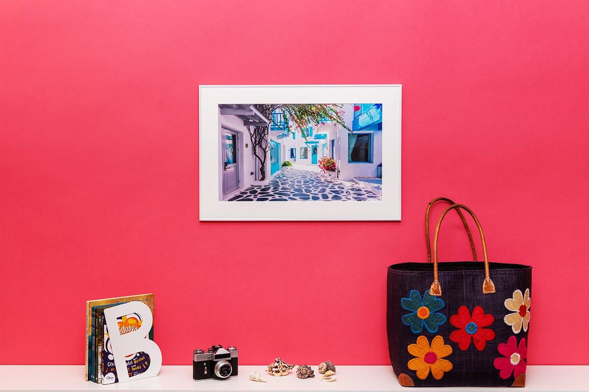 Obraz w ramce z wakacji wisi na czerwonej ścianie