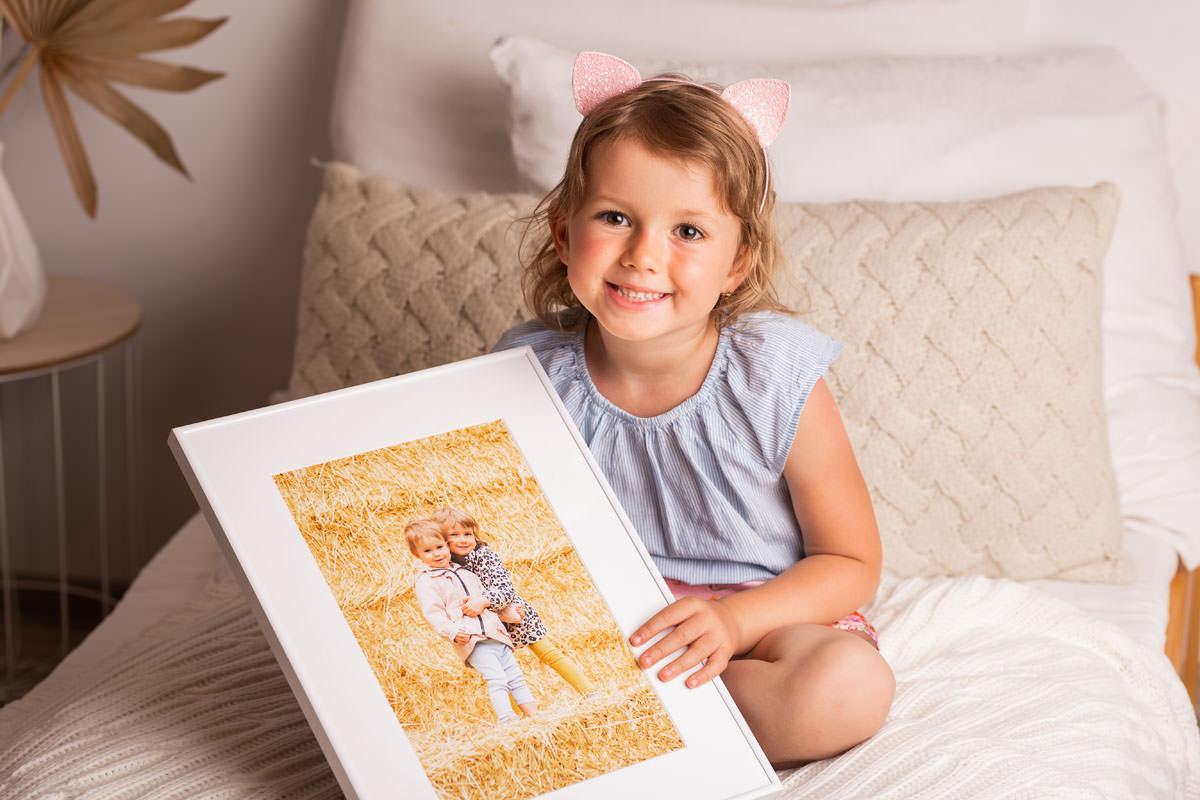 Siostra z bratem na rodzinnym portrecie
