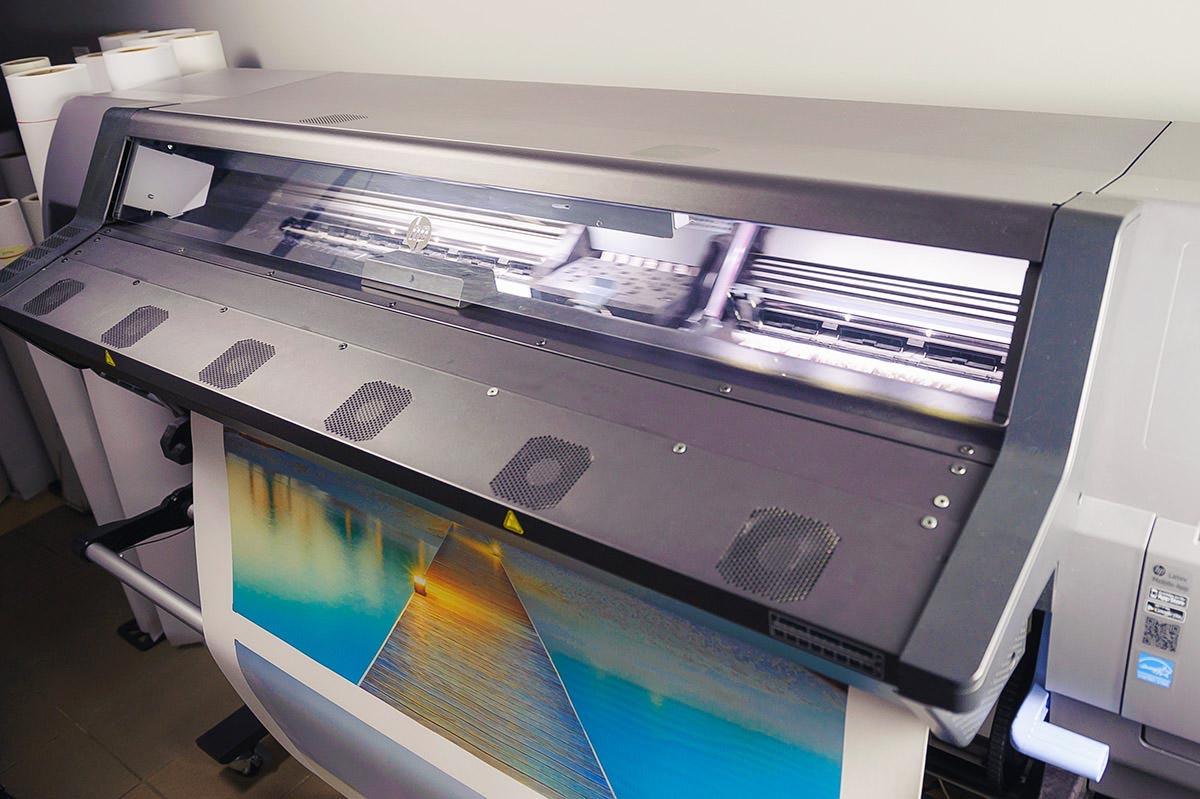 Drukarka lateksowa podczas druku płótna na fotoobraz