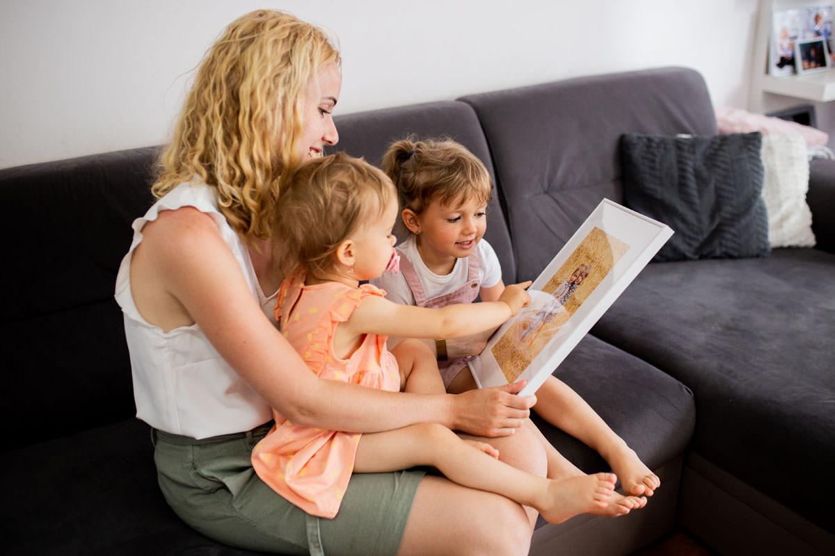 Dzieci z rodzicem cieszą się z fotoobrazu w ramce