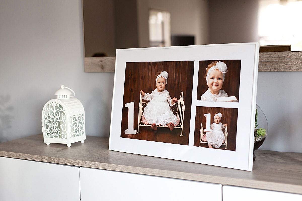 Dziecięcy portret fotokolaż zdjęć w białej ramce stojący na półce