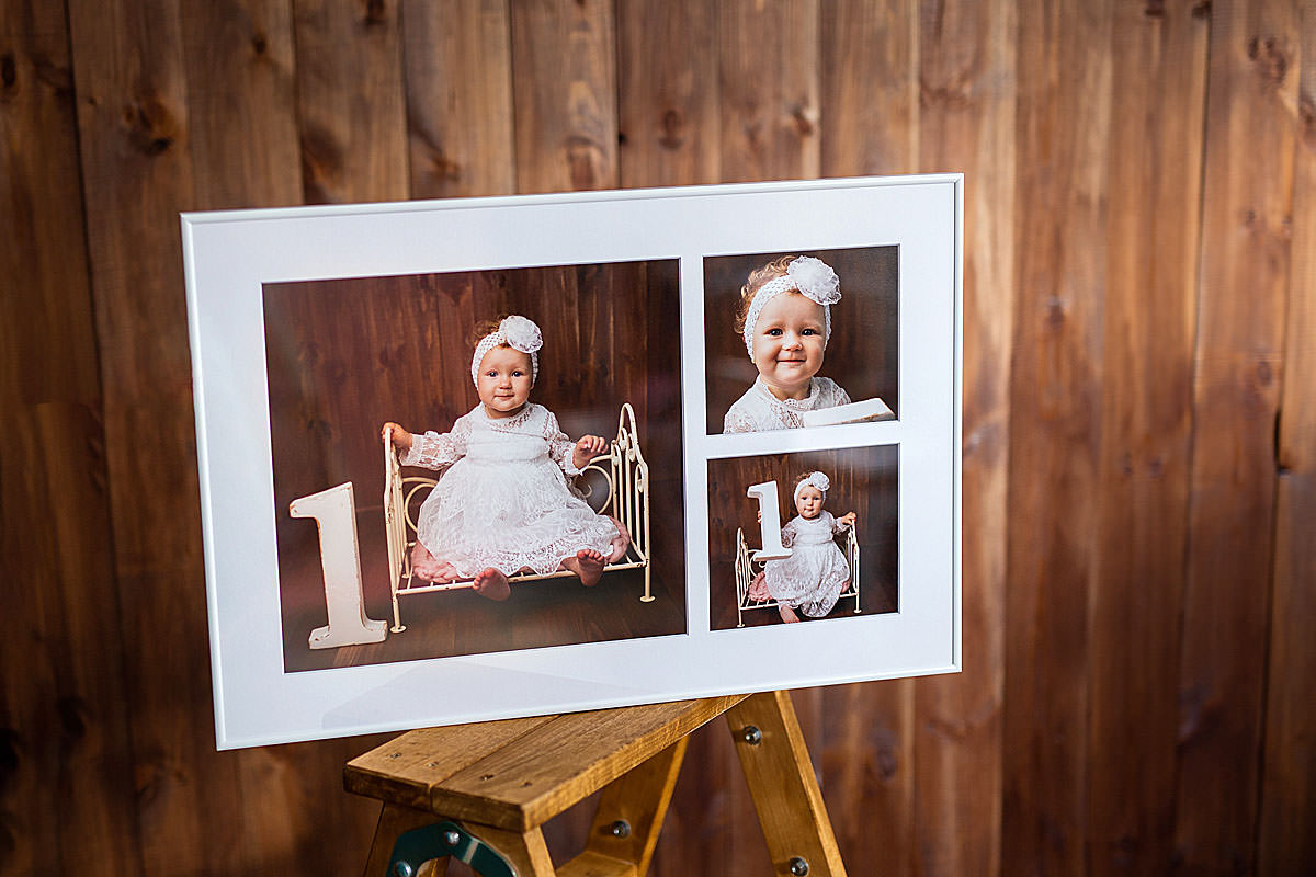 Fotokolaż obrazu dziewczynki w białej ramce pasujący do brązowej ściany