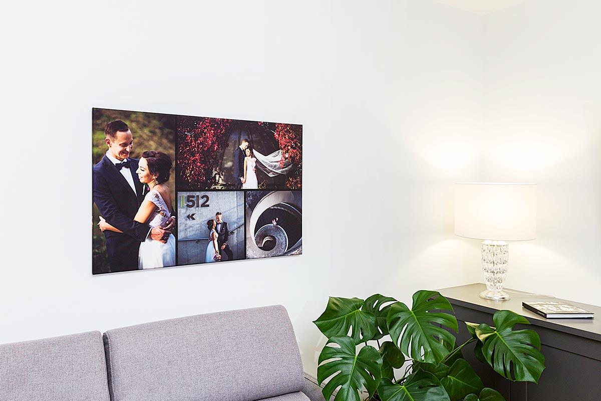 Fotokolaż ze zdjęć ślubnych na ścianie salonu