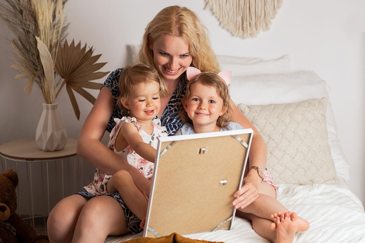 Mama ciesząca się z obrazu na prezent na dzień matki