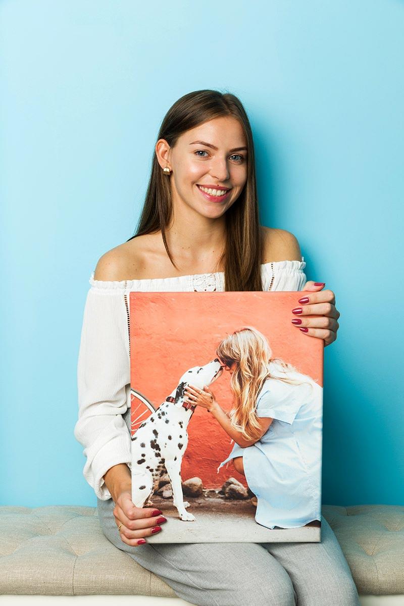 Modelka prezentująca obraz z psem