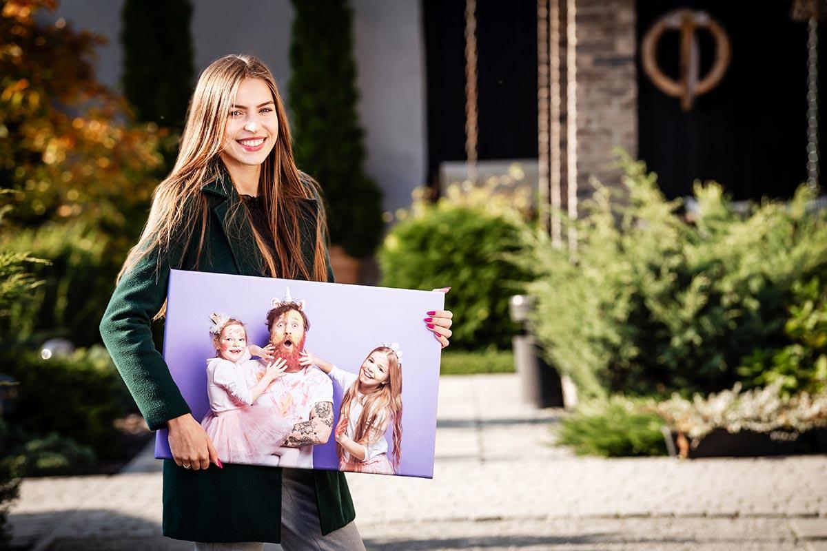 Pani trzymająca fotoobraz na prezent dla rodziny