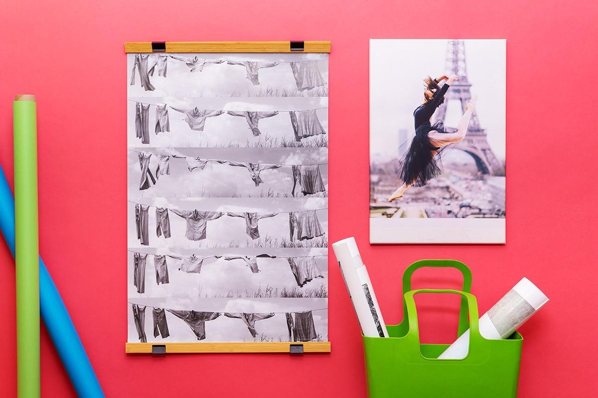 Plakat i fotoobraz wiszące obok siebie na ścianie