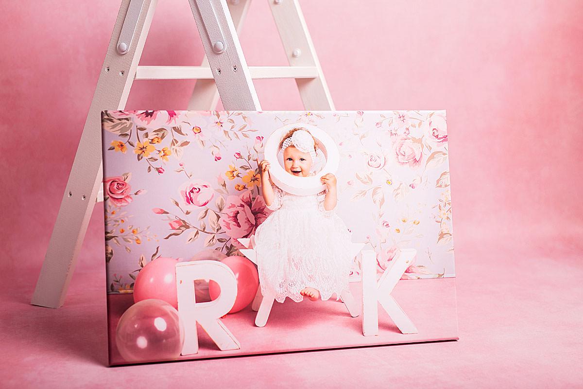 Portret dziewczynki na różowym fotoobrazie
