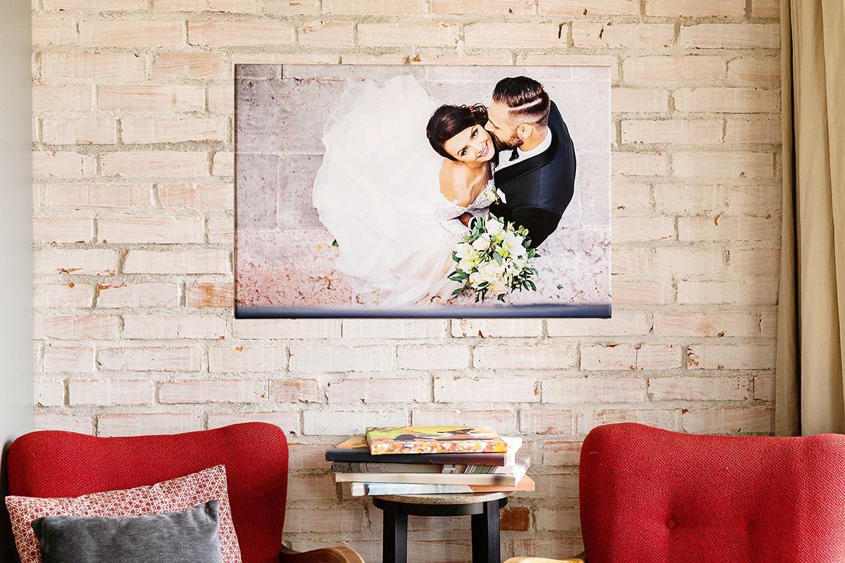 Portret ślubny wisi na ceglanej ścianie