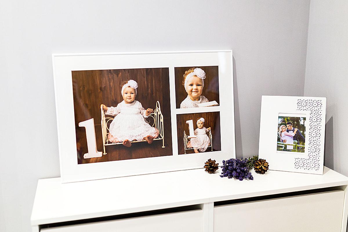 Portrety małego dziecka pokazane w kolażu zdjęć w białej ramce